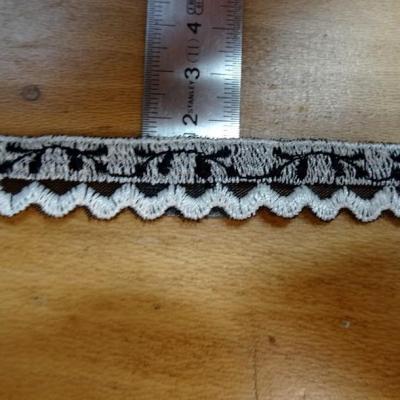 galon de Croquet noir et blanc fantaisie sur résille en 1.8 cm