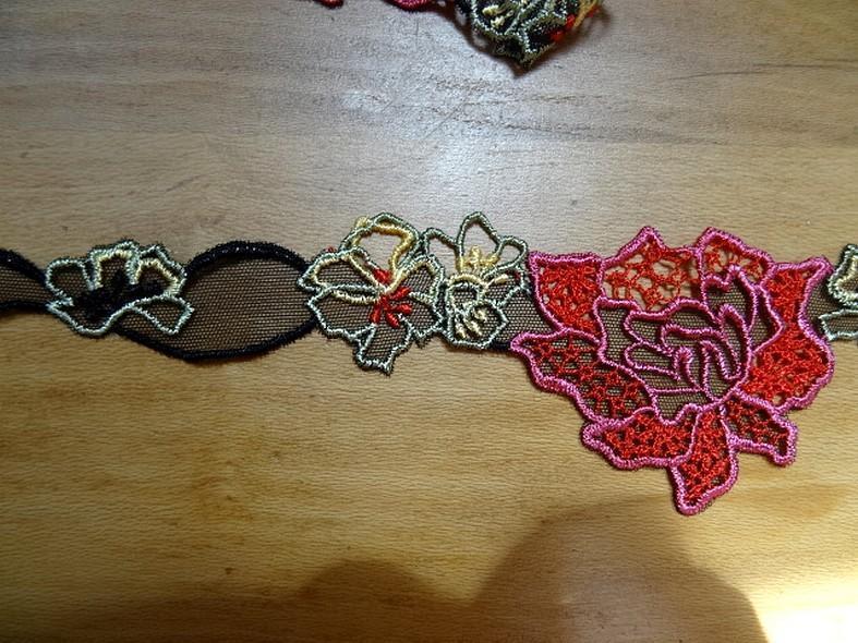 Galon de guipure noire motifs fleurs ton rouge rose en 7cm