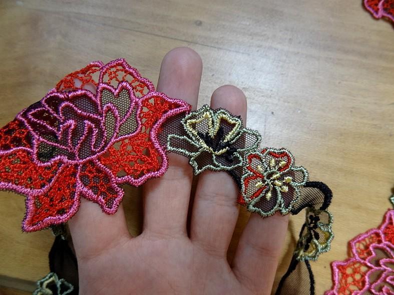 vente de galon de guipure noire motifs fleurs ton rouge rose en 7cm