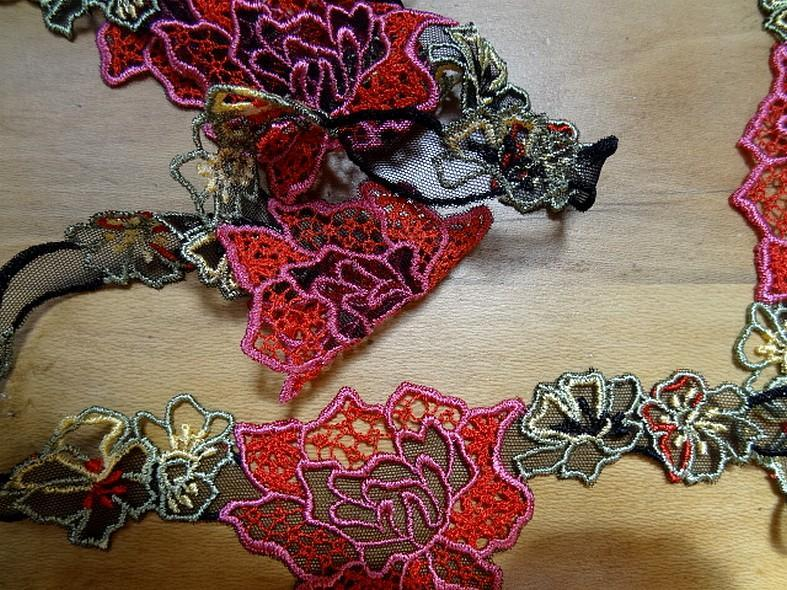 galon de guipure noire motifs fleurs ton rouge rose en 7cm en ligne