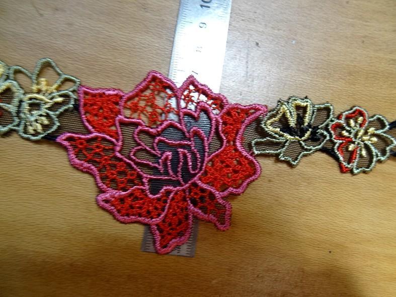 galon de guipure noire motifs fleurs ton rouge rose en 7cm a Marseille