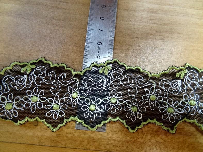 Galon de résille dentelle noire brodée motifs marguerites ton anis et blanc en ligne