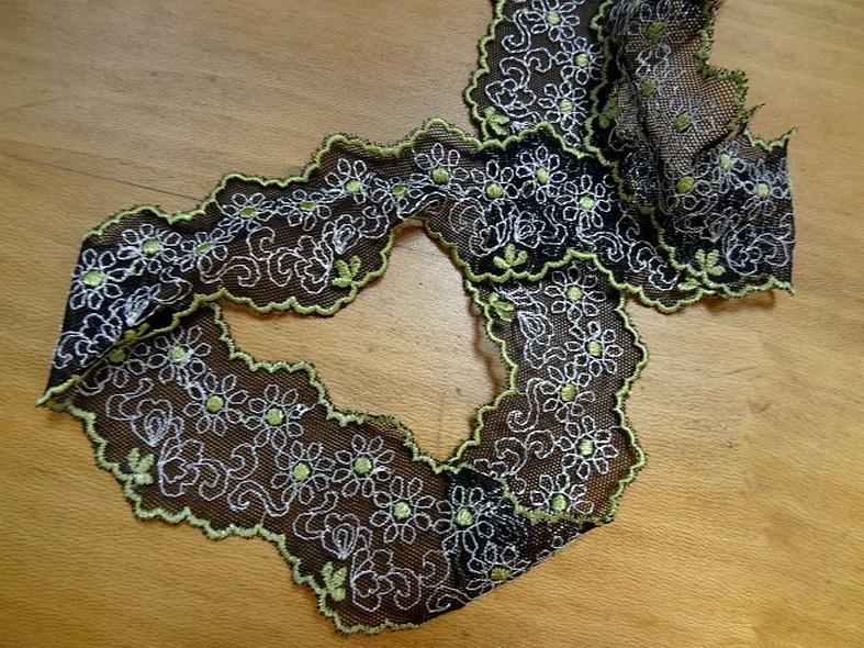 Galon de résille dentelle noire brodée motifs marguerites ton anis et blanc a Marseille