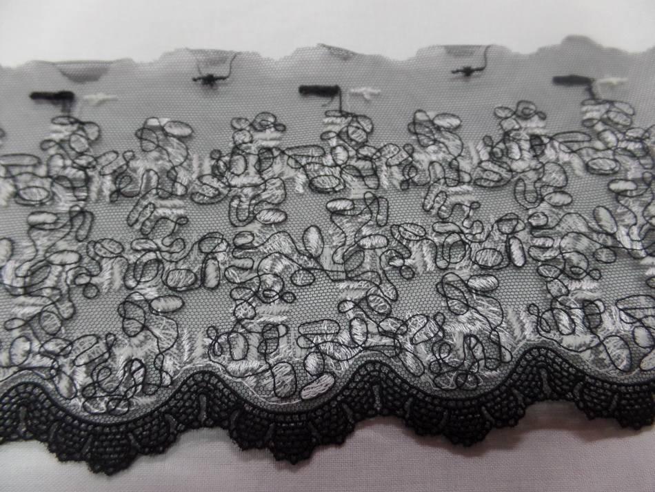 galon de résille grise brodé noir et blanc