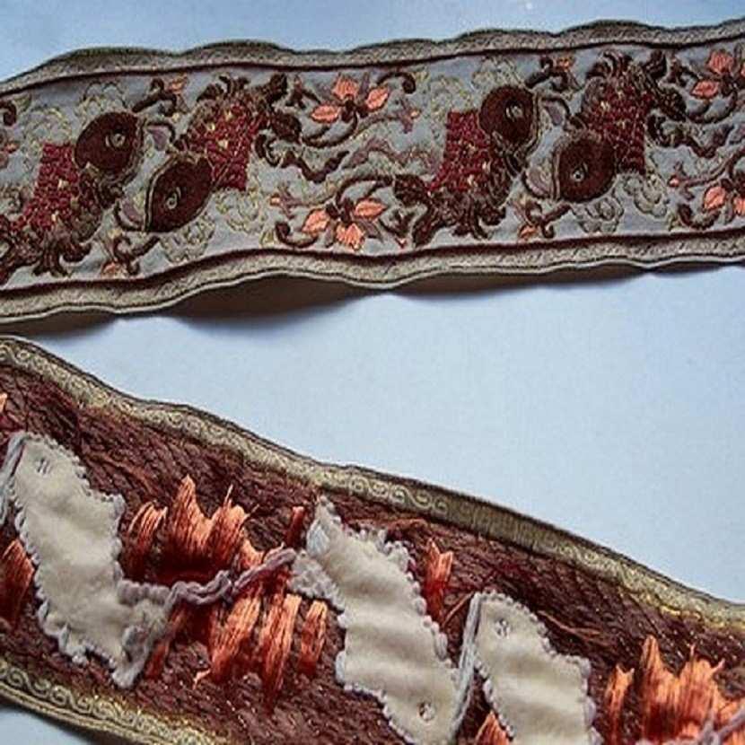 Galon type ancienne motifs carpe avec des fils de soie ecrue bordeaux