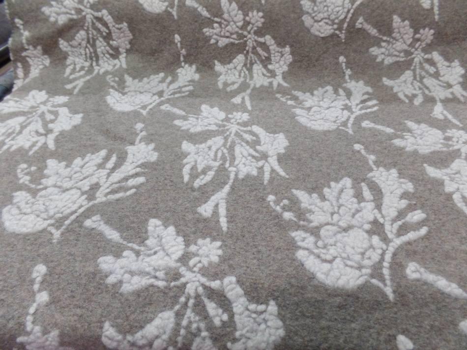 tissu laine bouillie beige a motifs façonné blanc cassé