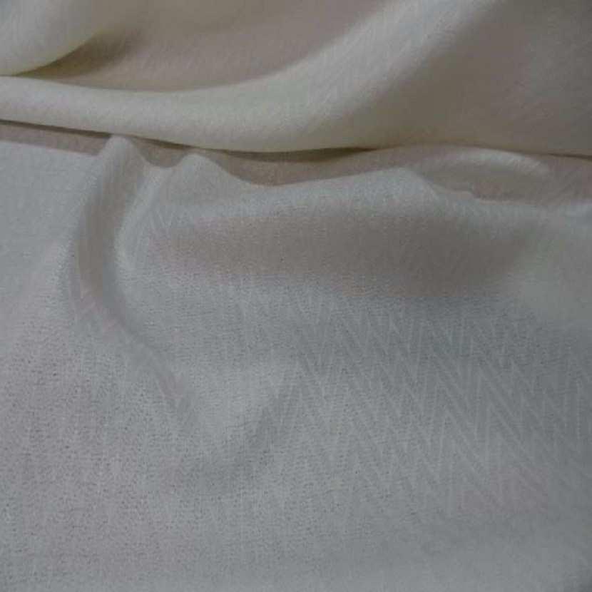 Lainage leger blanc casse a motifs chevron 1m8