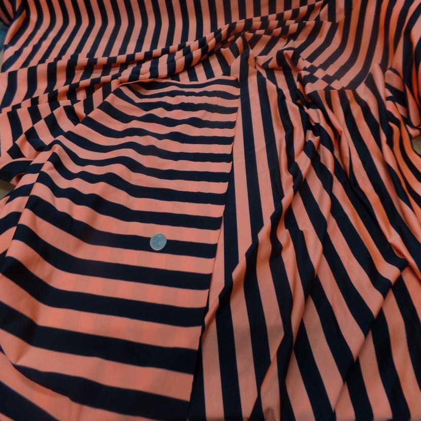 Lycra satine a rayure noire et orange0