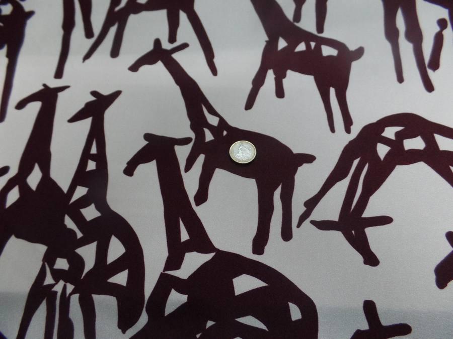 Lycra satine double face imprime girafe ton ecrue et marron02