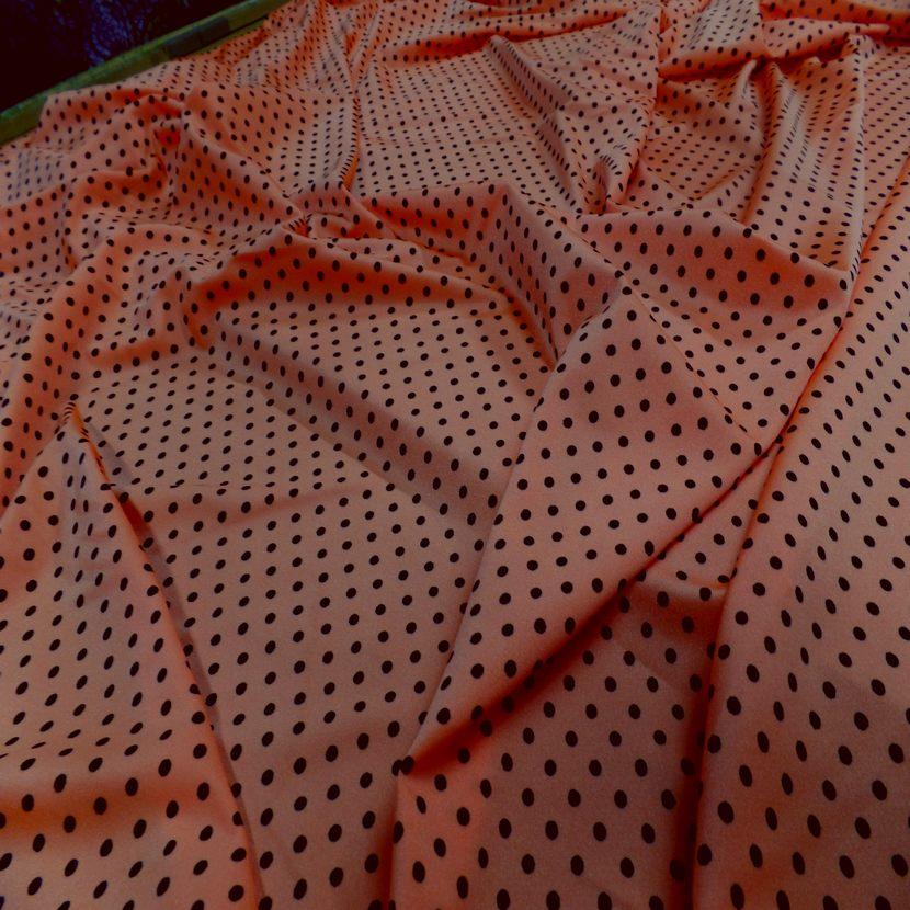 Lycra satine orange a pois noir