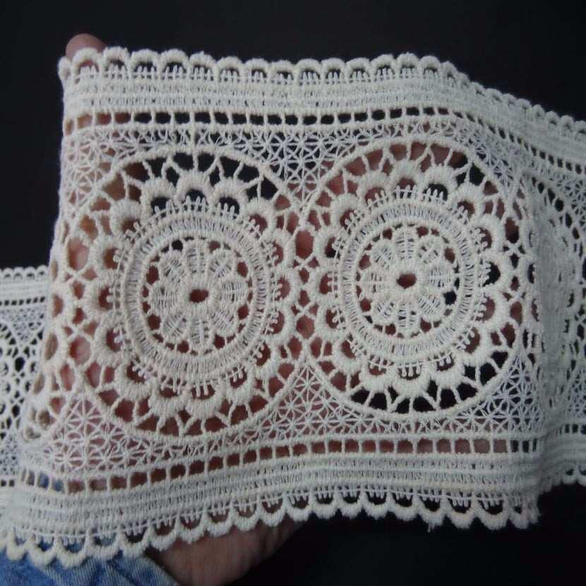 Macrame blanc casse aspect coton motifs medaillon en 13cm de large