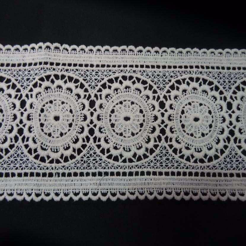 Macrame blanc casse aspect coton motifs medaillon en 13cm de large0