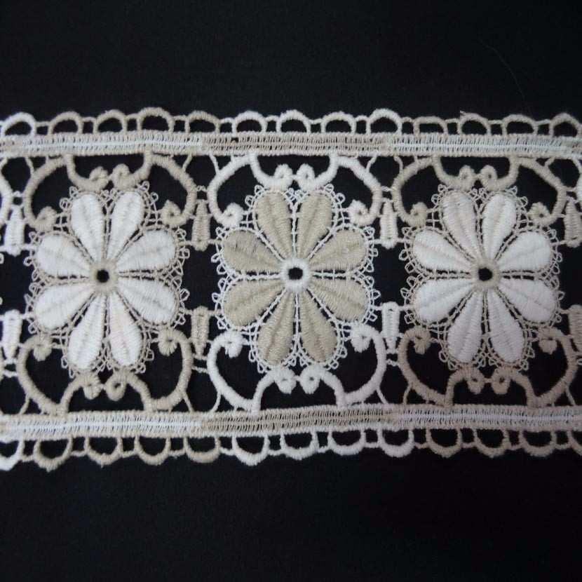 Macrame blanc casse beige aspect coton motifs fleurs en 11cm