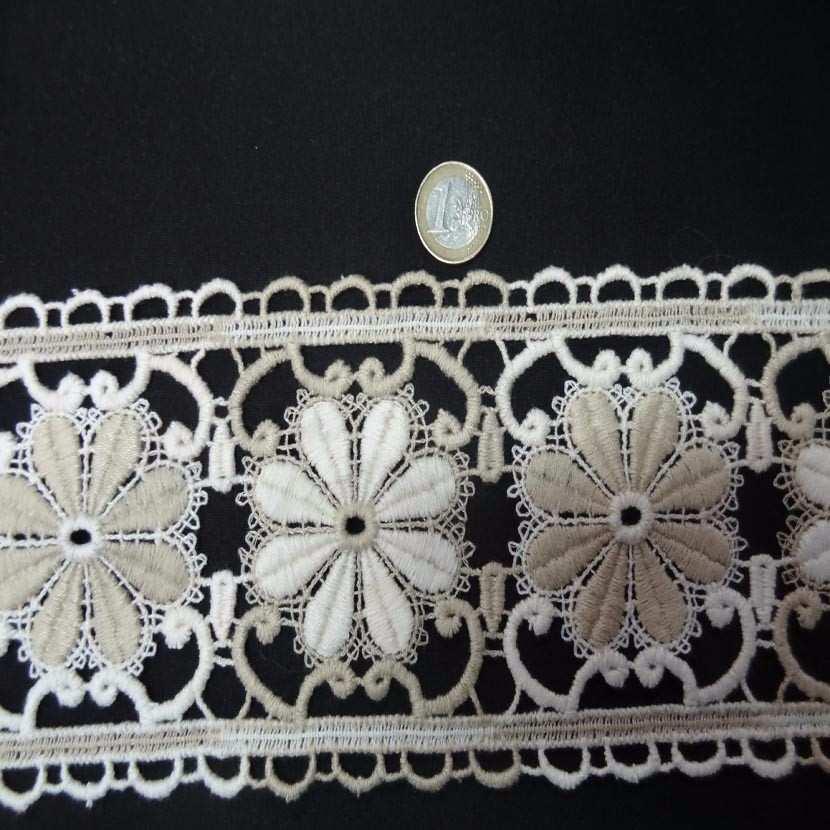 Macrame blanc casse beige aspect coton motifs fleurs en 11cm7