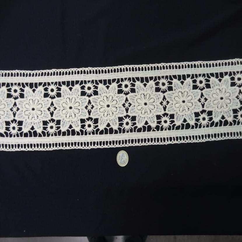 Macrame blanc casse motifs fleurs en 14cm