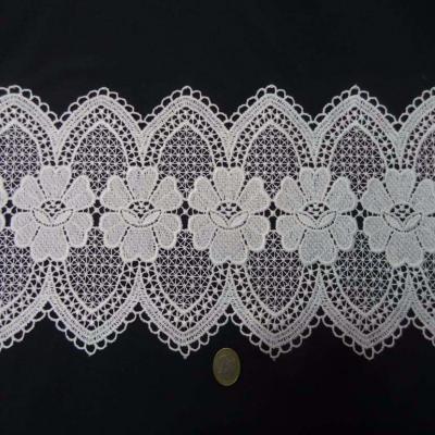 Macrame blanc motifs fleurs en 19cm de large