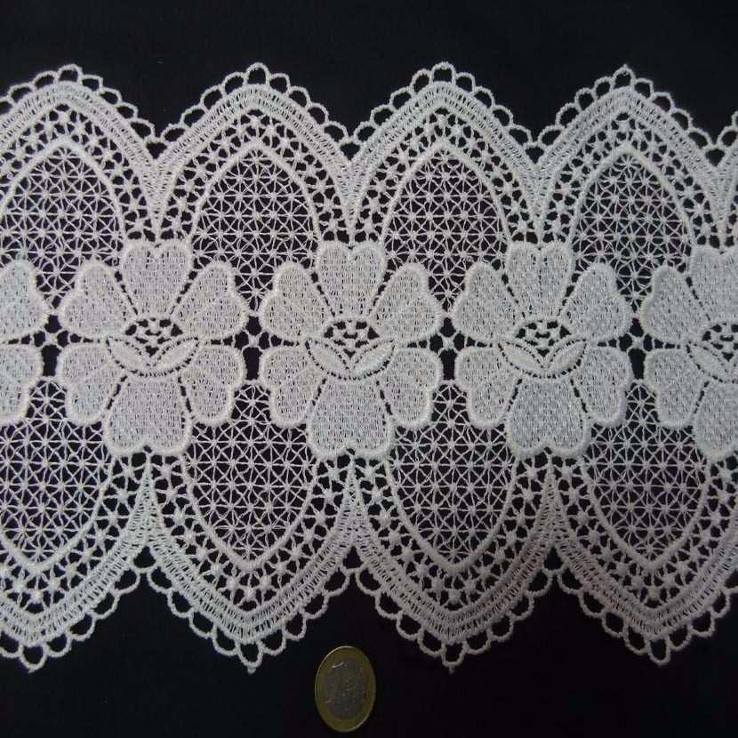 Macrame blanc motifs fleurs en 19cm de large6