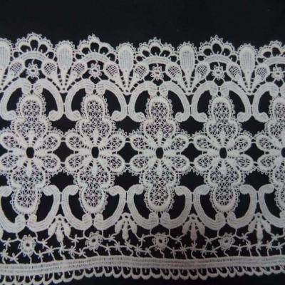 Macrame blanc motifs fleurs en 22cm de large