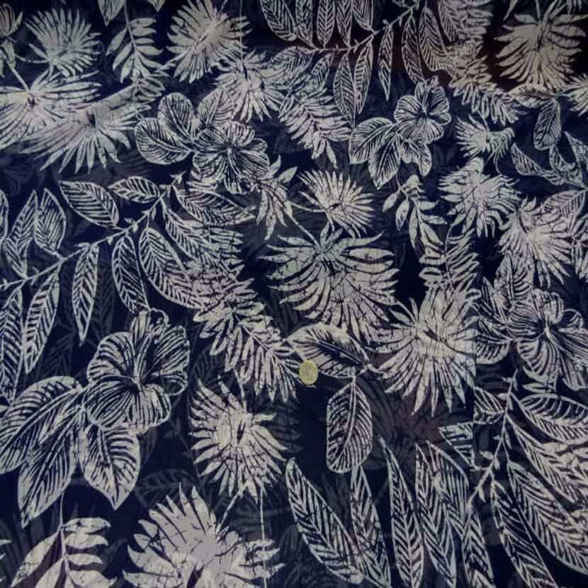 Mousseline bleu nuit imprime fleurs blanche