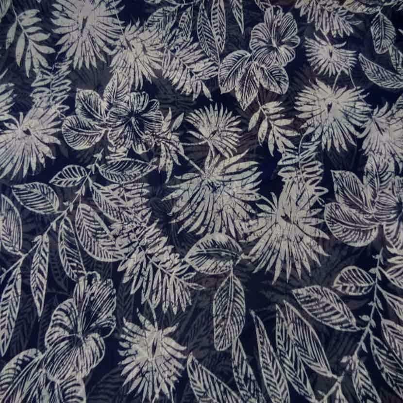 Mousseline bleu nuit imprime fleurs blanche1