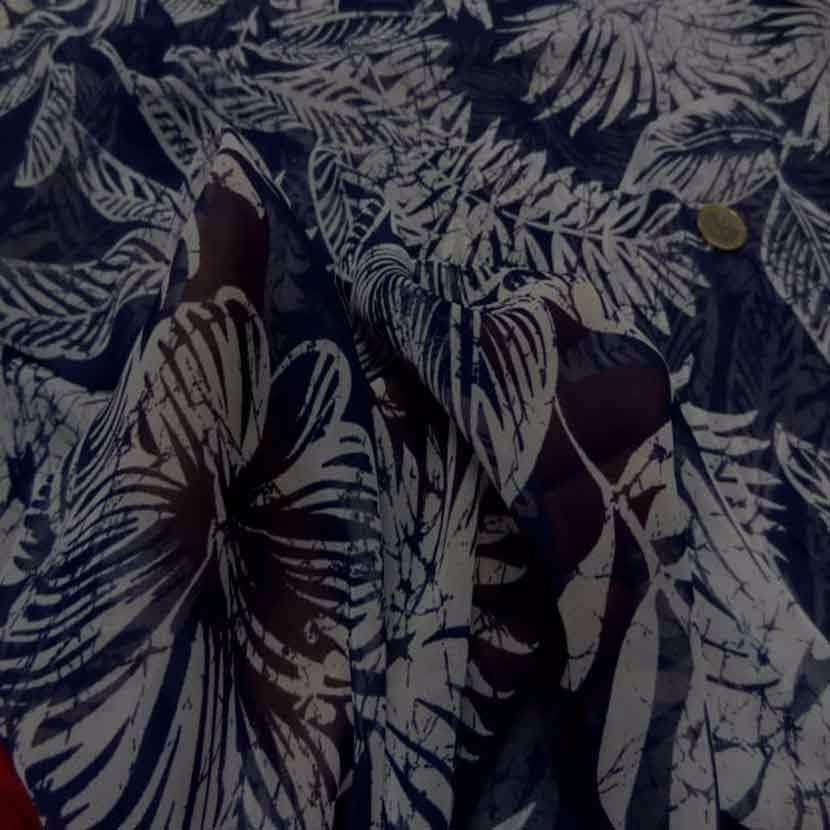 Mousseline bleu nuit imprime fleurs blanche4