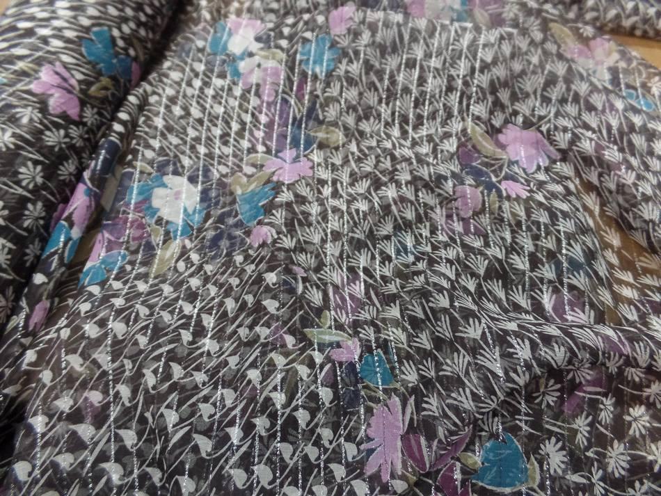 Mousseline de soie noire a bande lurex metal imprime fleurs