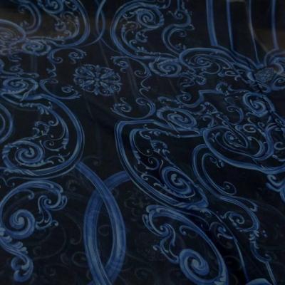 Mousseline de soie noire imprime voltes bleu