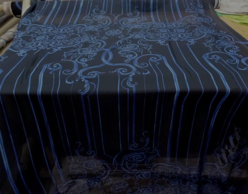 mousseline de soie noire imprimé volutes bleu .