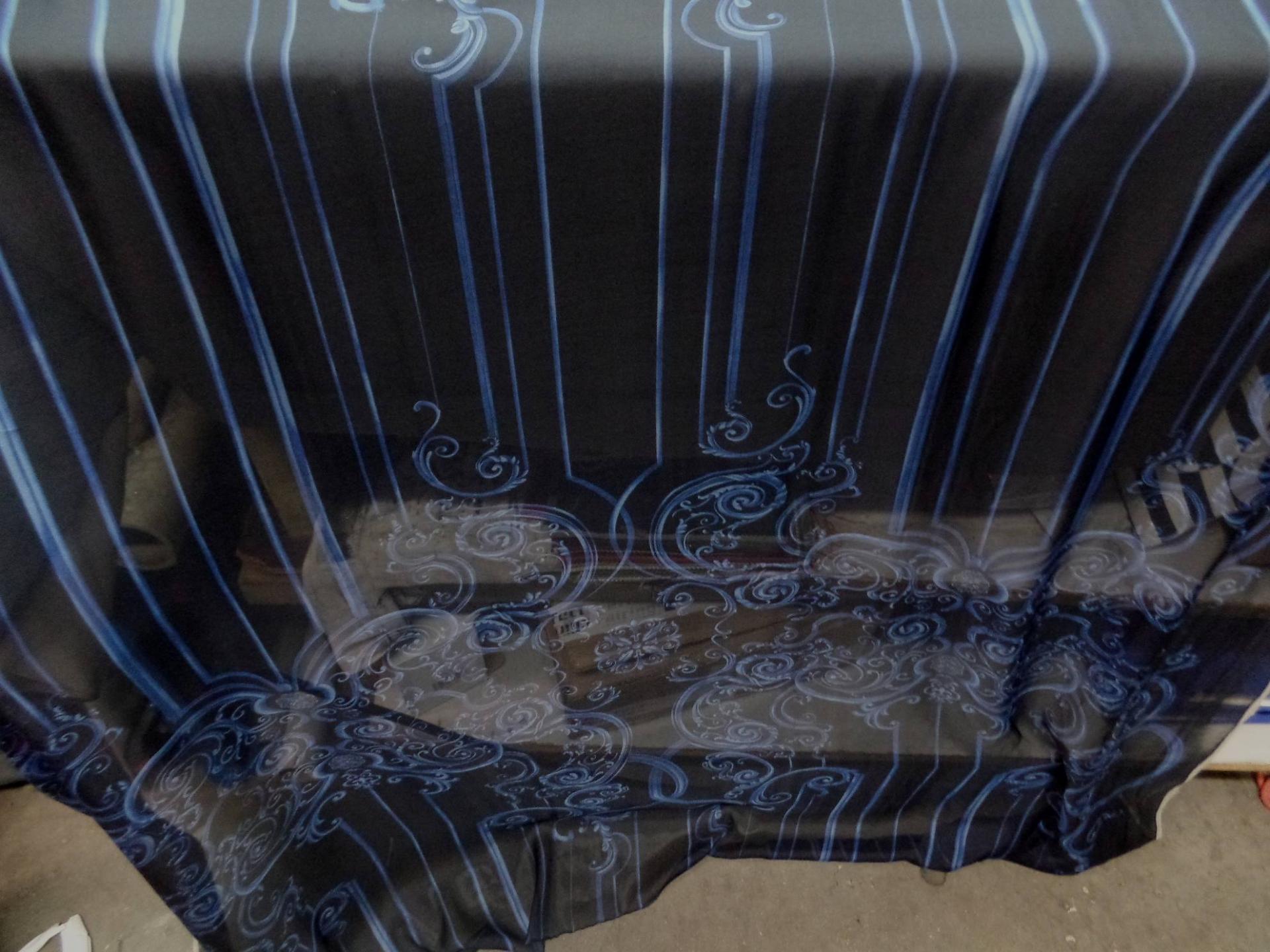 étoffe mousseline de soie noire imprimé volutes bleu .