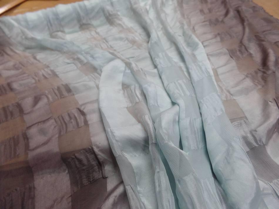 Mousseline de soie vert d eau faconne carreaux