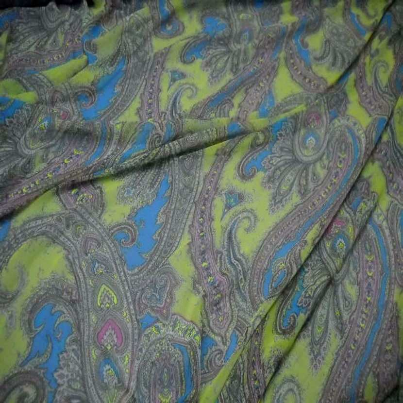 Mousseline imprime en polyester motifs cachemire ton anis