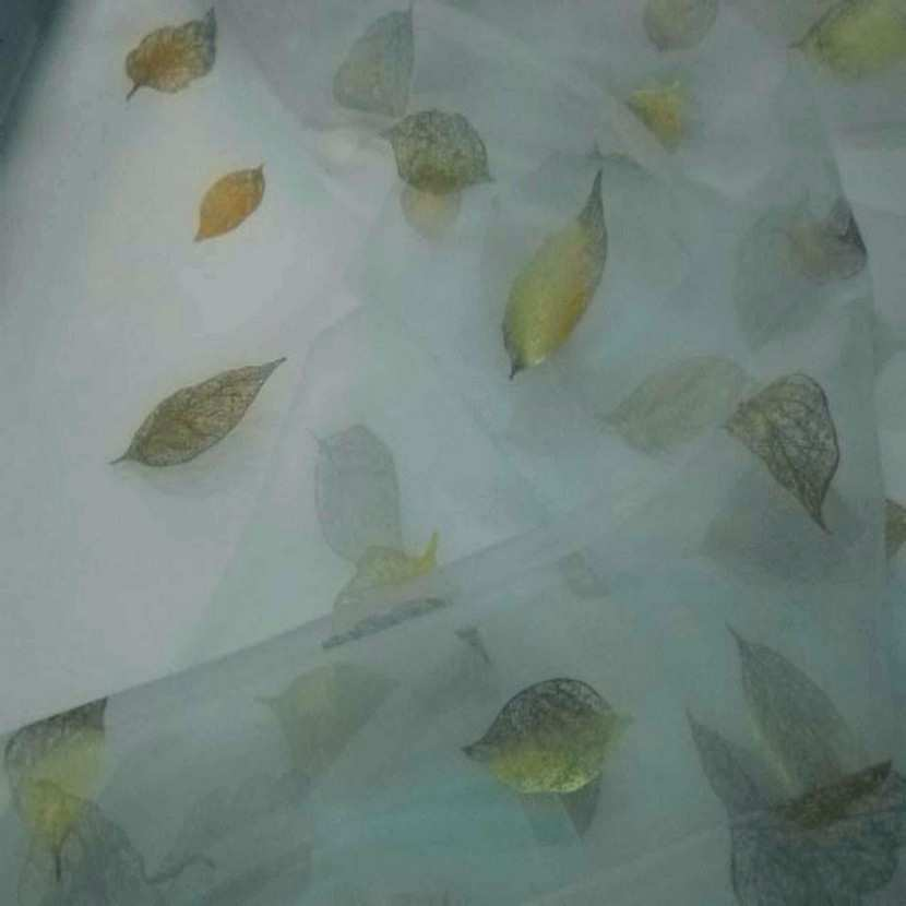 Organza bleu imprime feuille dore1