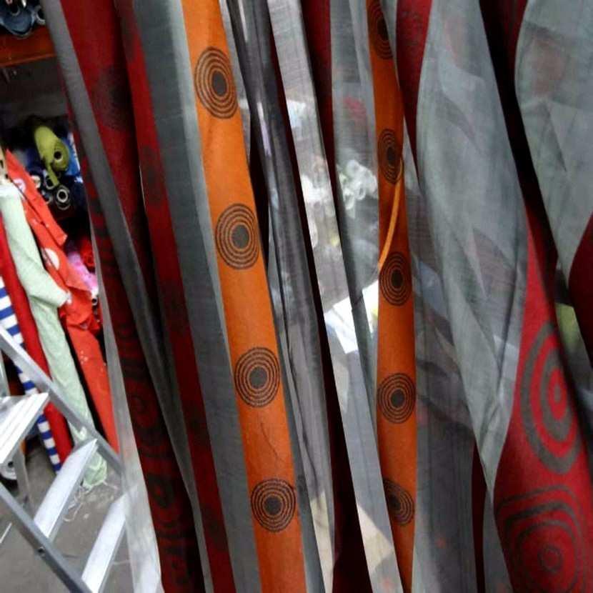 Organza gris a bandes orange rouge en 3m de large