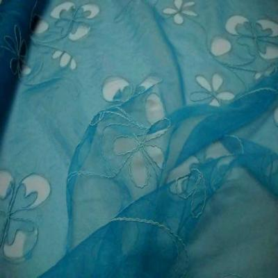 Organza ton bleu a motifs ajoures