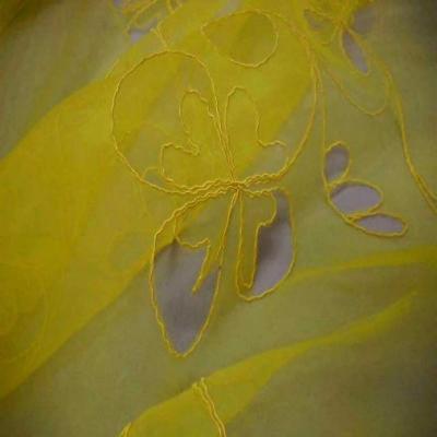Organza ton jaune a motifs ajoures