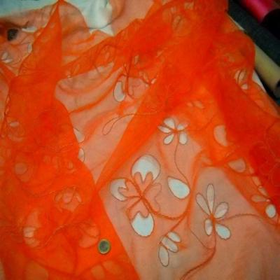 Organza ton orange a motifs ajoures