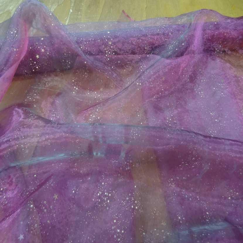 Organza violet a etoile dore en relief5