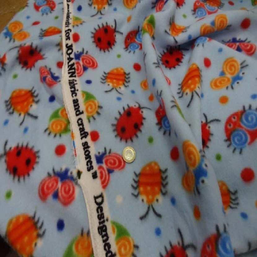 Polaire avec touche doudou bleu a motifs coccinelles3