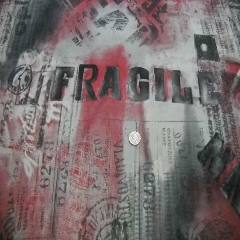Resille grise imprime gris fonce rouge fragile