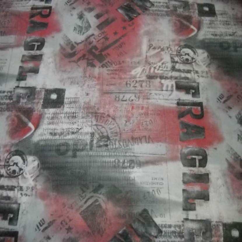Resille grise imprime gris fonce rouge fragile5