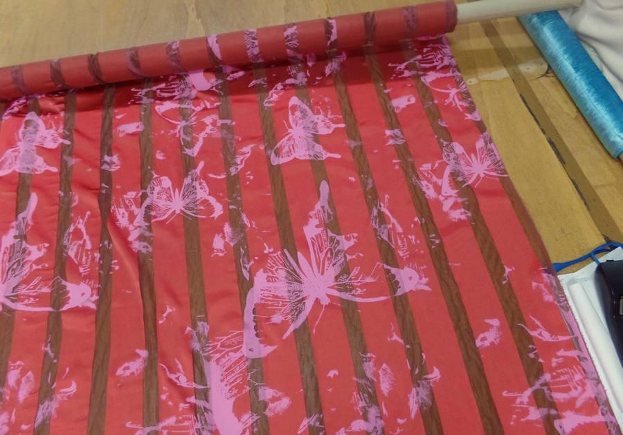 Satin de soie rouge vermillon devore imprime papillon