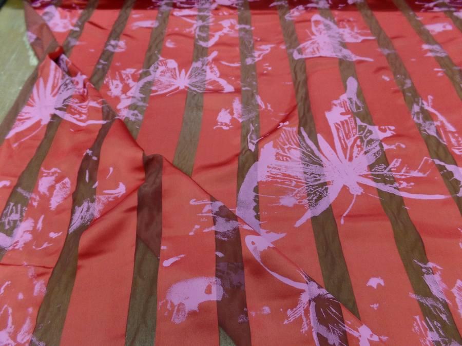 Satin de soie rouge vermillon devore imprime papillon0