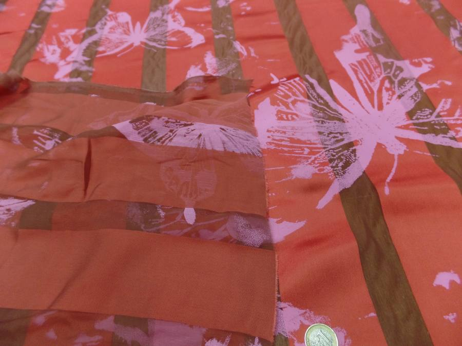 Satin de soie rouge vermillon devore imprime papillon5