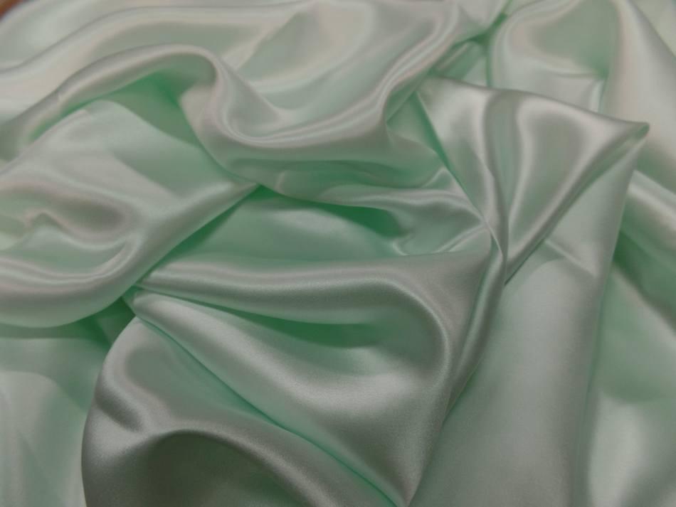 Satin de soie vert clair reflets blanc