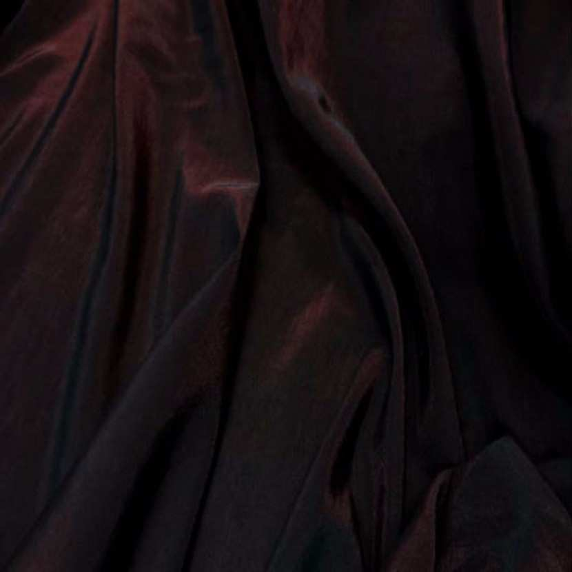 Style taffetas apparence organza ton rouge reflets noir