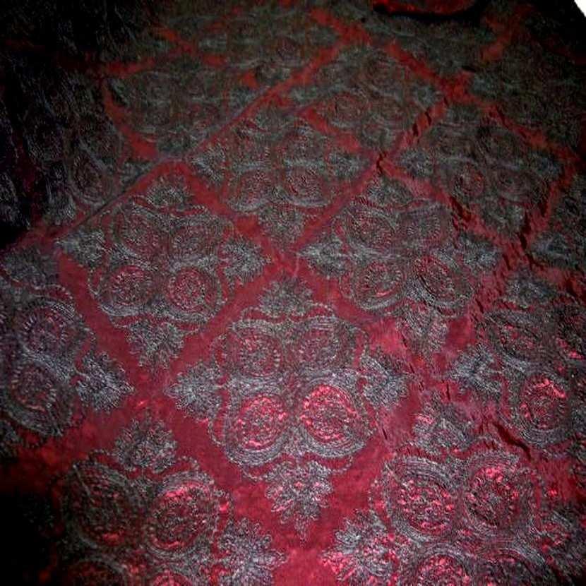 Taffetas changeant souple rouge reflets noir brode