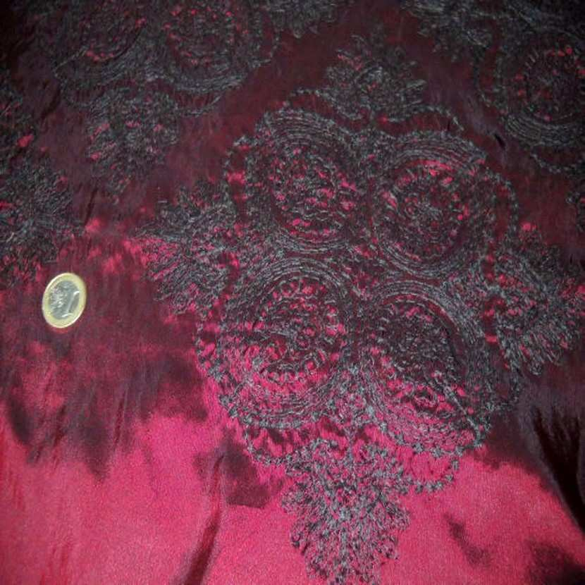 Taffetas changeant souple rouge reflets noir brode8