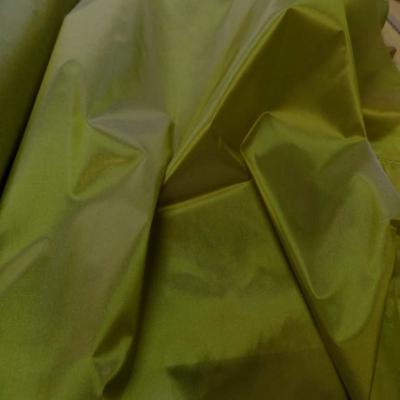 Taffetas changeant vert olive a reflets jaune