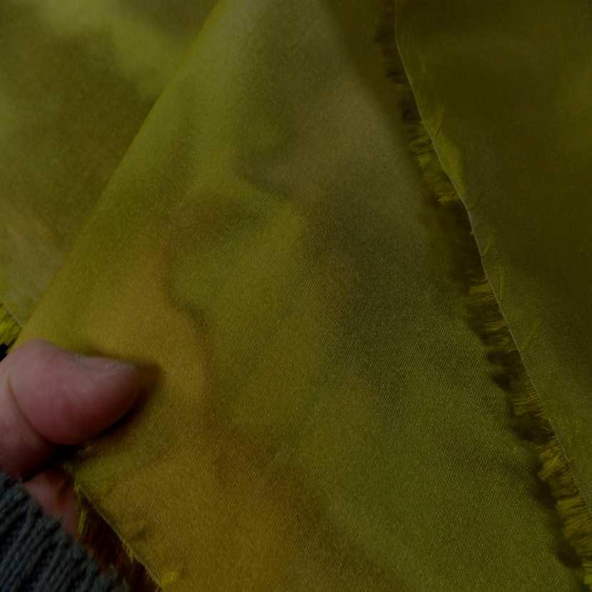 Taffetas changeant vert olive a reflets jaune1