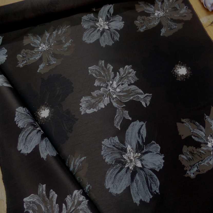Taffetas d ameublement changeant marron noir imprime grosses fleurs taupe gris